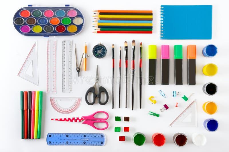 Σύνολο σχολικών προμηθειών στο άσπρο υπόβαθρο Χρώμα, μολύβια, σημείωση στοκ εικόνα με δικαίωμα ελεύθερης χρήσης