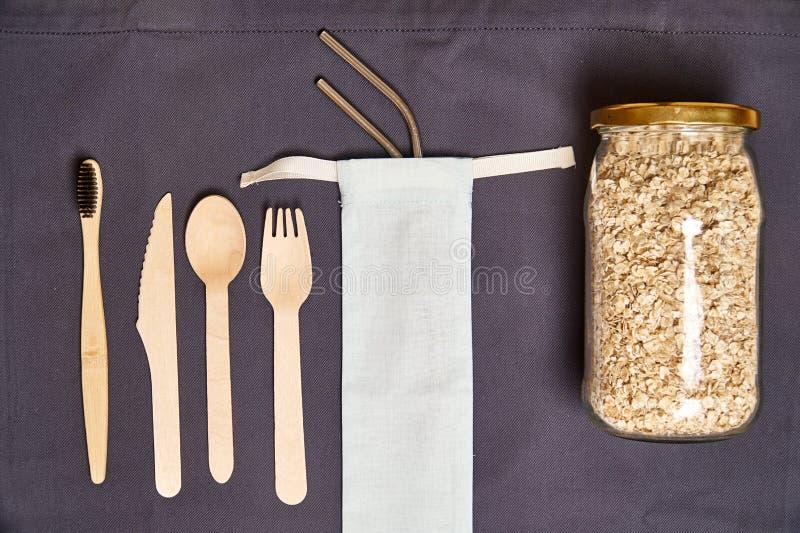 Σύνολο φιλικών μαχαιροπήρουνων μπαμπού Eco, τσάντα eco, άχυρο μετάλλων Βιώσιμος Πλαστικό ελεύθερο στοκ φωτογραφίες