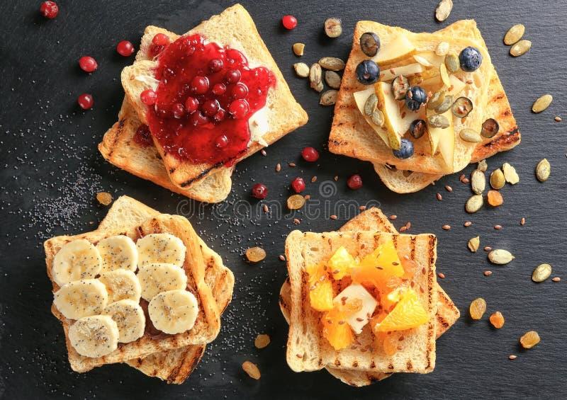 Σύνολο φρέσκων γλυκών φρυγανιών με τα φρούτα και μούρων στο πιάτο πλακών, τοπ άποψη στοκ εικόνες
