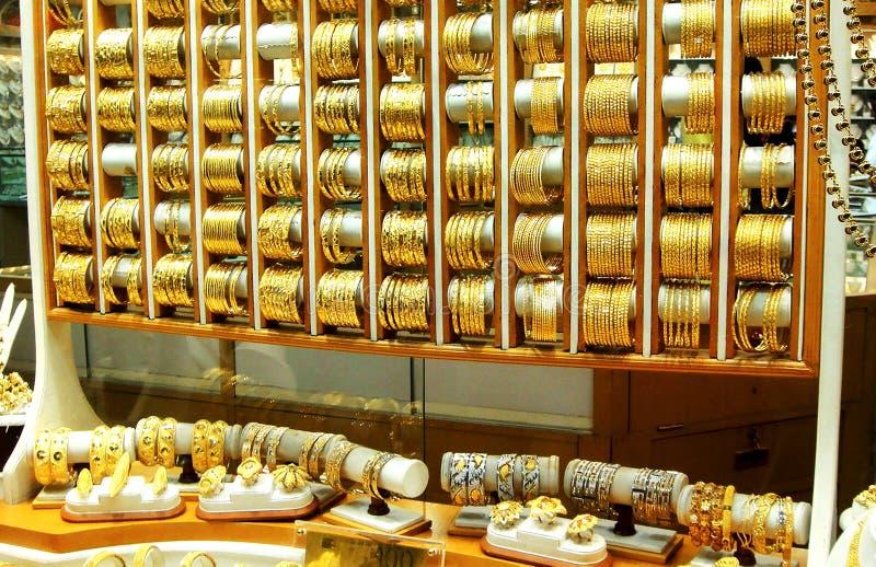 σύνολο χρυσού κοσμήματος στο παράθυρο ενός ακριβού καταστήματος στοκ φωτογραφίες