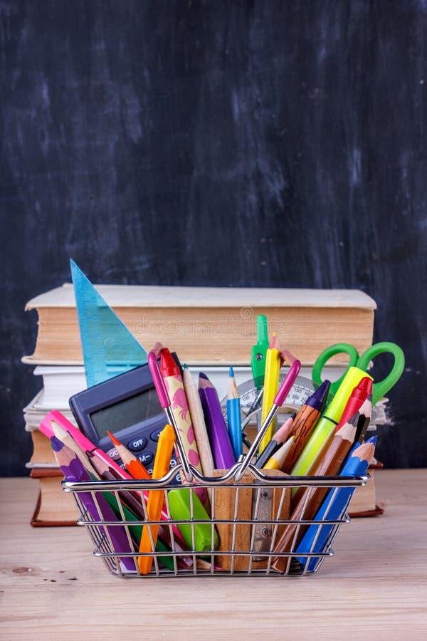 Σύνολο χρωματισμένων μολυβιών και δεικτών για το σχολείο Χαρτικά για το σπουδαστή - ψαλίδι, sharpener, γόμα κοντά στο σωρό των βι στοκ φωτογραφία