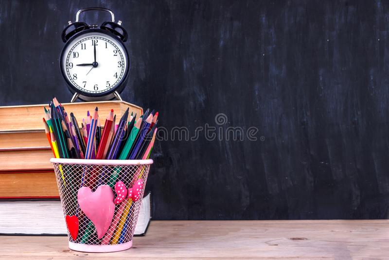 Σύνολο χρωματισμένων μολυβιών και δεικτών για το σχολείο Χαρτικά για το σπουδαστή - ψαλίδι, sharpener, γόμα σε ένα κάρρο αγορών στοκ εικόνες