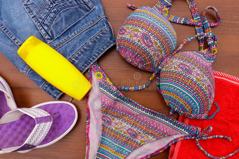 Σύνολο beachwear στο ξύλινο υπόβαθρο στοκ φωτογραφίες
