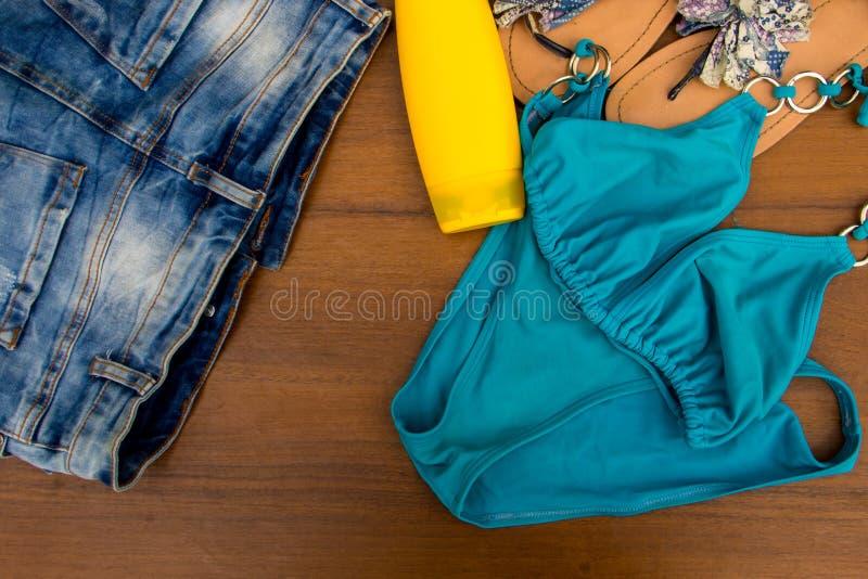 Σύνολο beachwear στο ξύλινο υπόβαθρο στοκ εικόνα