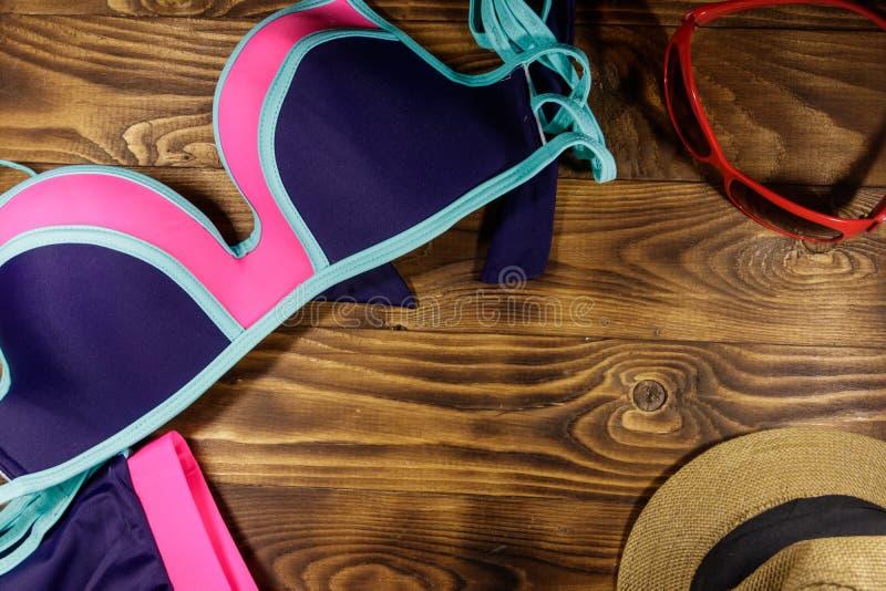 Σύνολο beachwear στο ξύλινο υπόβαθρο στοκ εικόνες με δικαίωμα ελεύθερης χρήσης