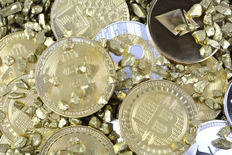 Σύνολο cryptocurrencies με ένα χρυσό bitcoin στα χρυσά ψήγματα Γ στοκ εικόνα