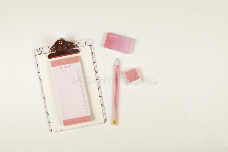 Σύνολο Girlie σχολικών προμηθειών με τη σαφή μάνδρα μολυβιών, κενό για να κάνει τα φύλλα σημειωματάριων καταλόγων, κενό παράθυρο  στοκ φωτογραφία