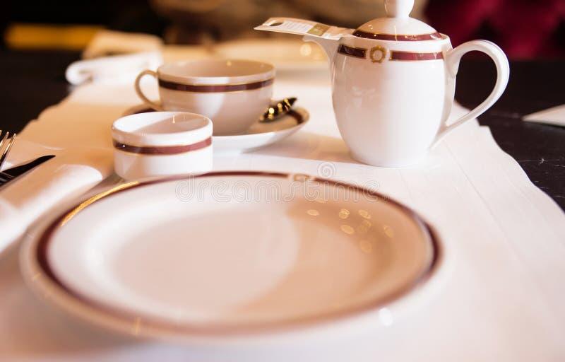 Σύνολο teapot και φλυτζανιών πορσελάνης σε ένα εστιατόριο στοκ εικόνες με δικαίωμα ελεύθερης χρήσης