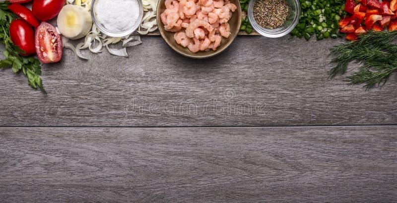 Σύνορα με τις γαρίδες με τα καρυκεύματα και τα λαχανικά και τα χορτάρια στο ξύλινο έμβλημα άποψης υποβάθρου τοπ για τον ιστοχώρο στοκ φωτογραφίες με δικαίωμα ελεύθερης χρήσης