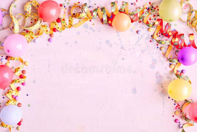 Σύνορα μπαλονιών καρναβαλιού σε ένα ρόδινο υπόβαθρο στοκ φωτογραφία με δικαίωμα ελεύθερης χρήσης
