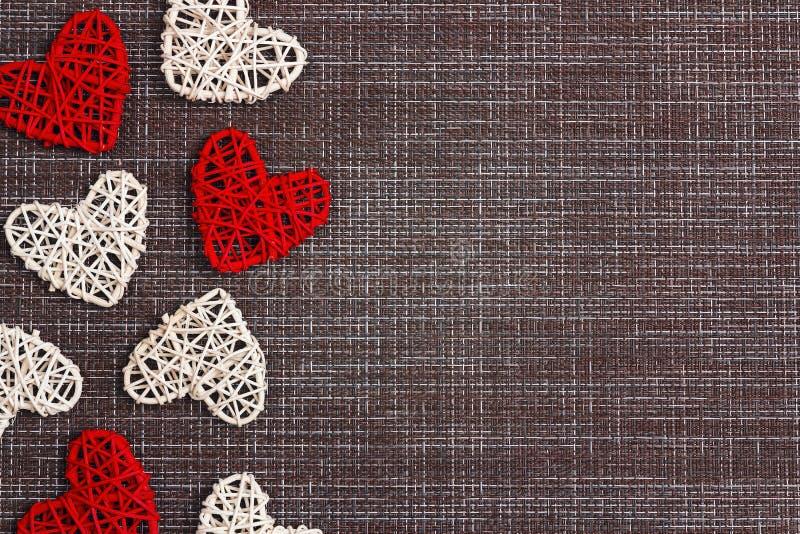 Σύνορα των διακοσμητικών καρδιών sackcloth στο υπόβαθρο Διάστημα για το κείμενο Έννοια ημέρας βαλεντίνων ` s στοκ εικόνες