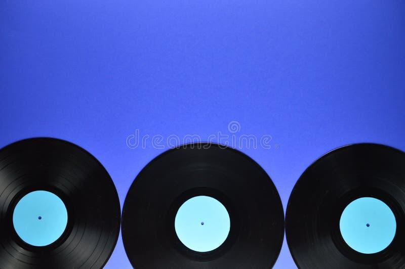 Σύνορα των παλαιών μαύρων βινυλίου αρχείων στο μπλε υπόβαθρο στοκ εικόνες με δικαίωμα ελεύθερης χρήσης