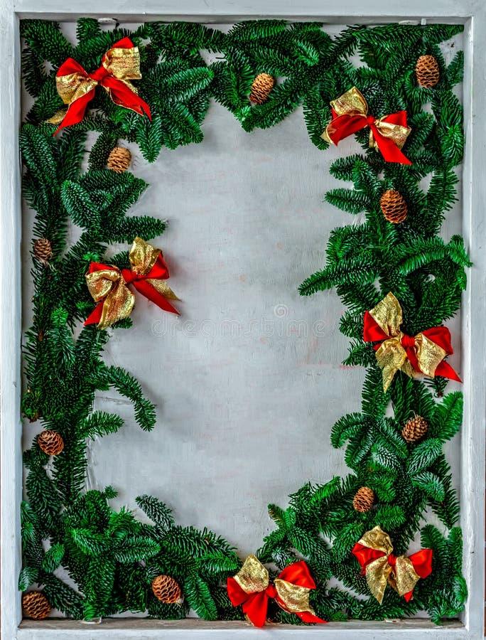 Σύνορα Χριστουγέννων με το διάστημα αντιγράφων νέο έτος συμβόλων κόκκινοι κλάδοι τόξων και χριστουγεννιάτικων δέντρων στοκ εικόνες