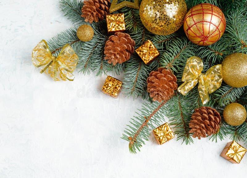 Σύνορα Χριστουγέννων - το δέντρο διακλαδίζεται με το χρυσό ντεκόρ που απομονώνεται στο άσπρο, οριζόντιο έμβλημα στοκ εικόνες