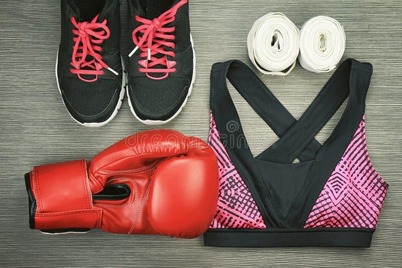 Σύνολο αθλητικής ένδυσης για την κατάρτιση άσκησης εγκιβωτισμού, τη μόδα γυμναστικής και τα εξαρτήματα στοκ φωτογραφίες
