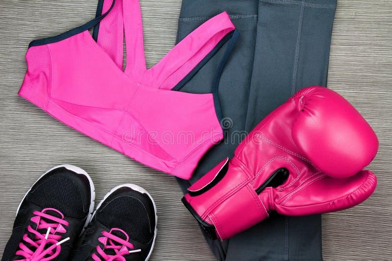 Σύνολο αθλητικής ένδυσης για την κατάρτιση άσκησης εγκιβωτισμού, τη μόδα γυμναστικής και τα εξαρτήματα στοκ φωτογραφία