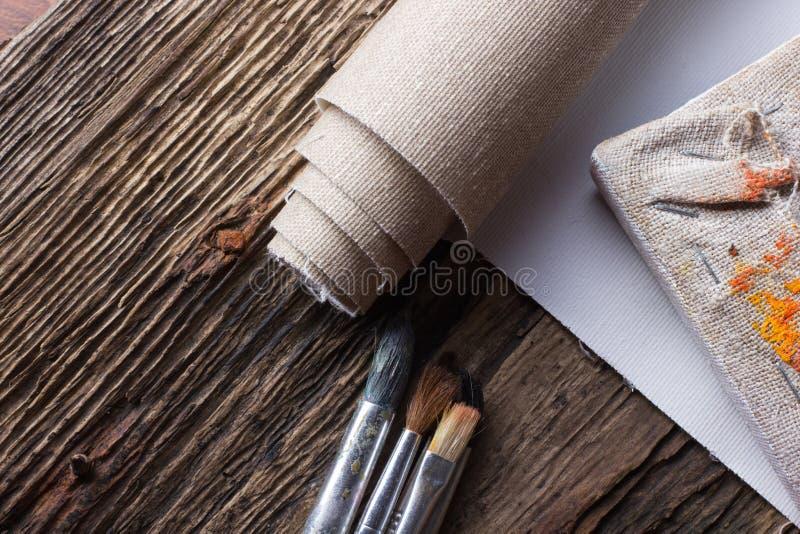Σύνολο βουρτσών για τη ζωγραφική, καμβάς, stapler, βάσεις, subframe στοκ εικόνα