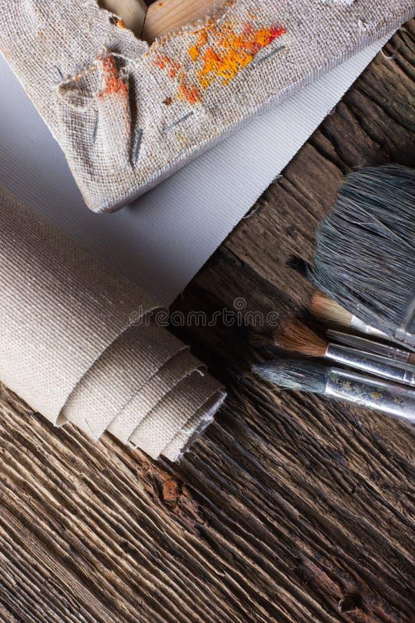 Σύνολο βουρτσών για τη ζωγραφική, καμβάς, stapler, βάσεις, subframe στοκ φωτογραφία
