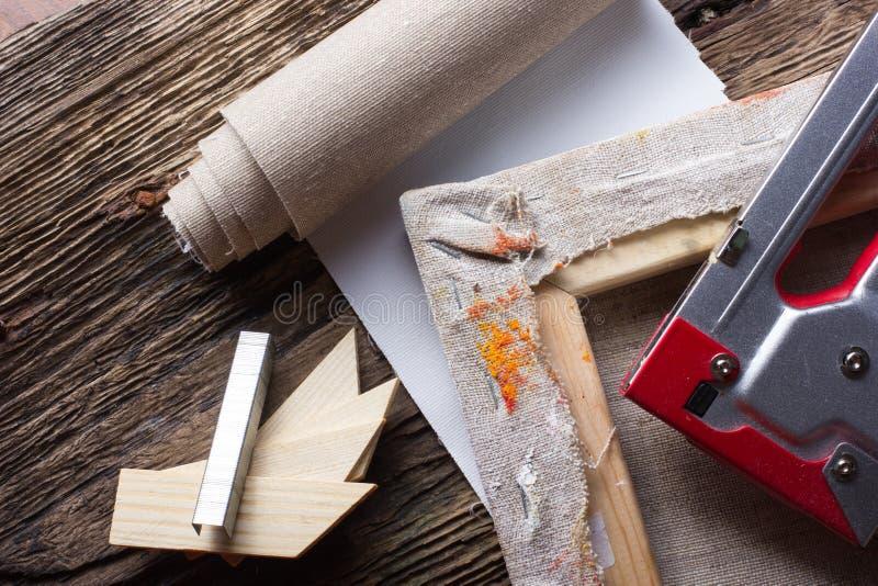 Σύνολο βουρτσών για τη ζωγραφική, καμβάς, stapler, βάσεις, subframe στοκ φωτογραφία με δικαίωμα ελεύθερης χρήσης