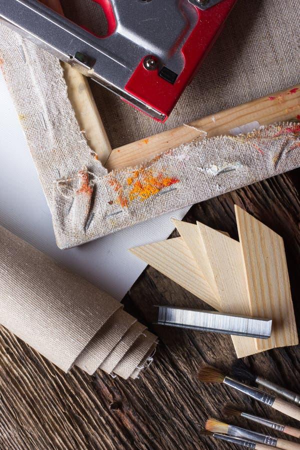 Σύνολο βουρτσών για τη ζωγραφική, καμβάς, stapler, βάσεις, subframe στοκ φωτογραφίες