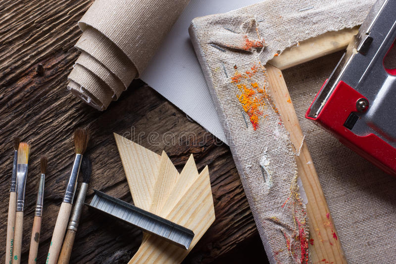 Σύνολο βουρτσών για τη ζωγραφική, καμβάς, stapler, βάσεις, subframe στοκ εικόνες με δικαίωμα ελεύθερης χρήσης