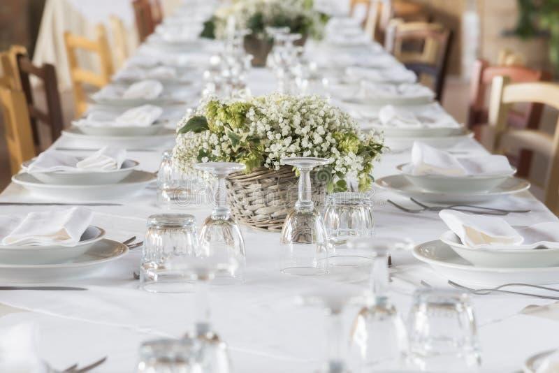 Σύνολο γαμήλιων άσπρο πινάκων στοκ φωτογραφία με δικαίωμα ελεύθερης χρήσης