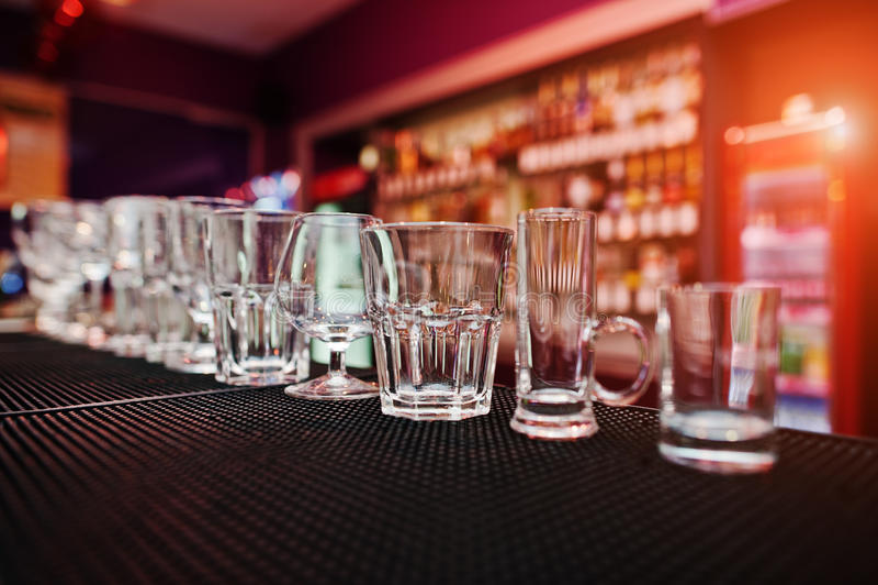 Σύνολο γυαλιών φλυτζανιών συλλογής για τα ποτά φραγμών στοκ φωτογραφία