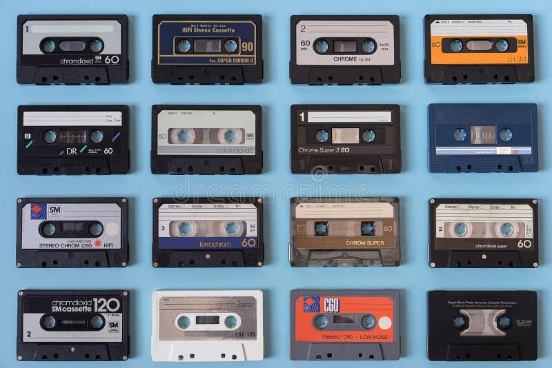 Σύνολο εκλεκτής ποιότητας ακουστικών κασετών στο ανοικτό μπλε υπόβαθρο στοκ εικόνες