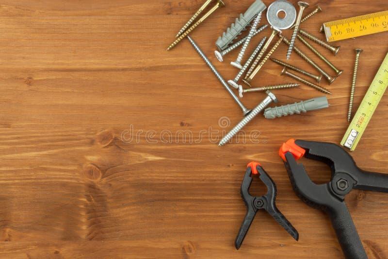 Σύνολο εργαλείων και οργάνων στο ξύλινο υπόβαθρο Διαφορετικά είδη εργαλείων για τις οικιακές μικροδουλειές βασικές επισκευές πατέ στοκ εικόνα με δικαίωμα ελεύθερης χρήσης