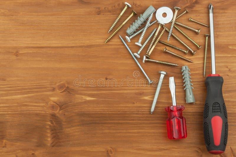 Σύνολο εργαλείων και οργάνων στο ξύλινο υπόβαθρο Διαφορετικά είδη εργαλείων για τις οικιακές μικροδουλειές βασικές επισκευές πατέ στοκ εικόνες με δικαίωμα ελεύθερης χρήσης