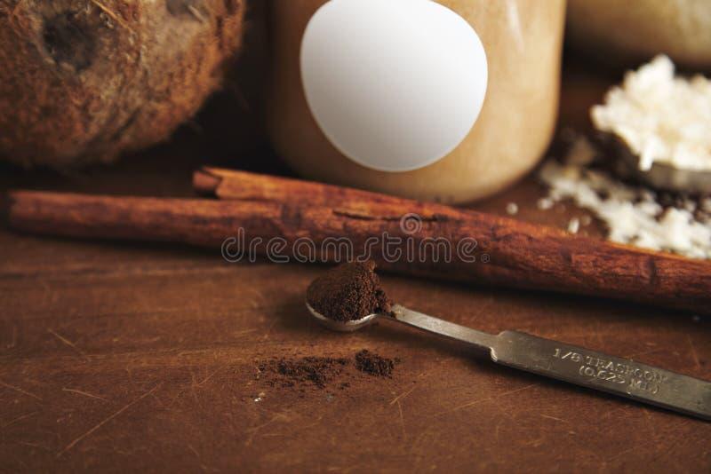 Σύνολο καρύδων και cinnammon καταφερτζήδων στοκ εικόνα