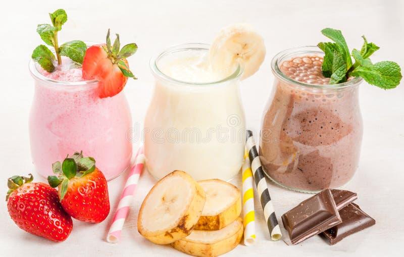 Σύνολο κλασικών milkshakes στα μικρά βάζα στοκ φωτογραφία με δικαίωμα ελεύθερης χρήσης