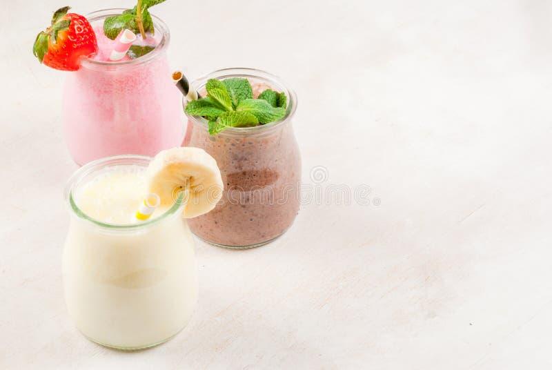 Σύνολο κλασικών milkshakes στα μικρά βάζα στοκ εικόνες