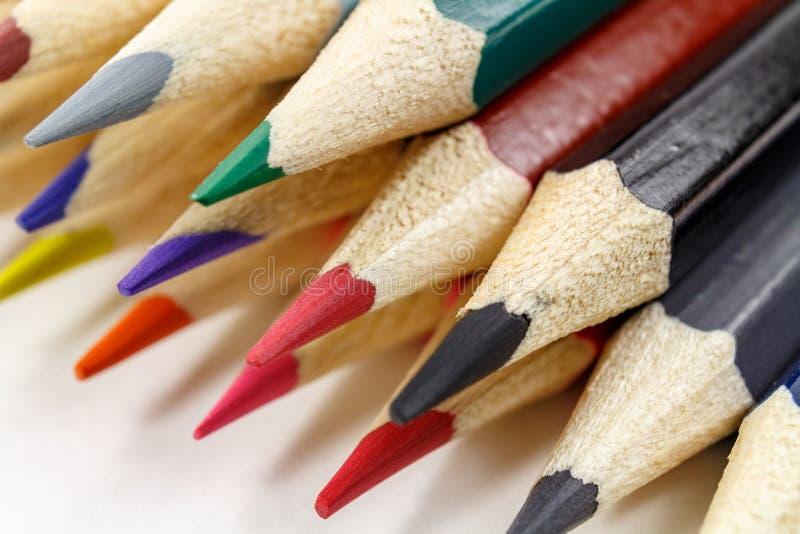 Σύνολο ξύλινων μολυβιών χρώματος σε μια άσπρη κινηματογράφηση σε πρώτο πλάνο υποβάθρου στοκ φωτογραφίες