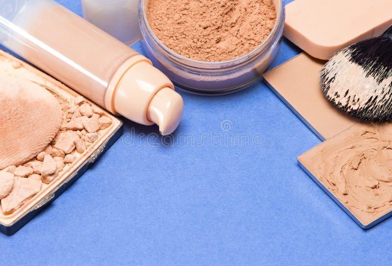 Σύνολο προϊόντων makeup για ακόμη και έξω να ξεφλουδίσει τον τόνο και τη χροιά στοκ φωτογραφία