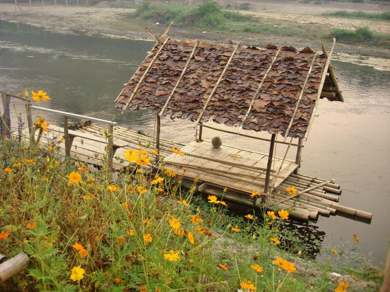 Σύνολο σπιτιών στον ήρεμο κολπίσκο μέσω της κοιλάδας λουλουδιών στοκ φωτογραφία με δικαίωμα ελεύθερης χρήσης