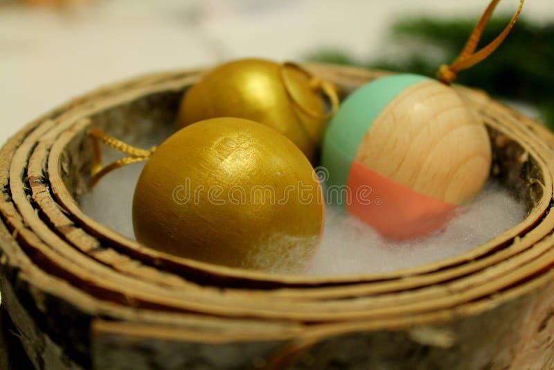 Σύνολο χρυσών και χρωματισμένων ξύλινων σφαιρών Χριστουγέννων στοκ εικόνα