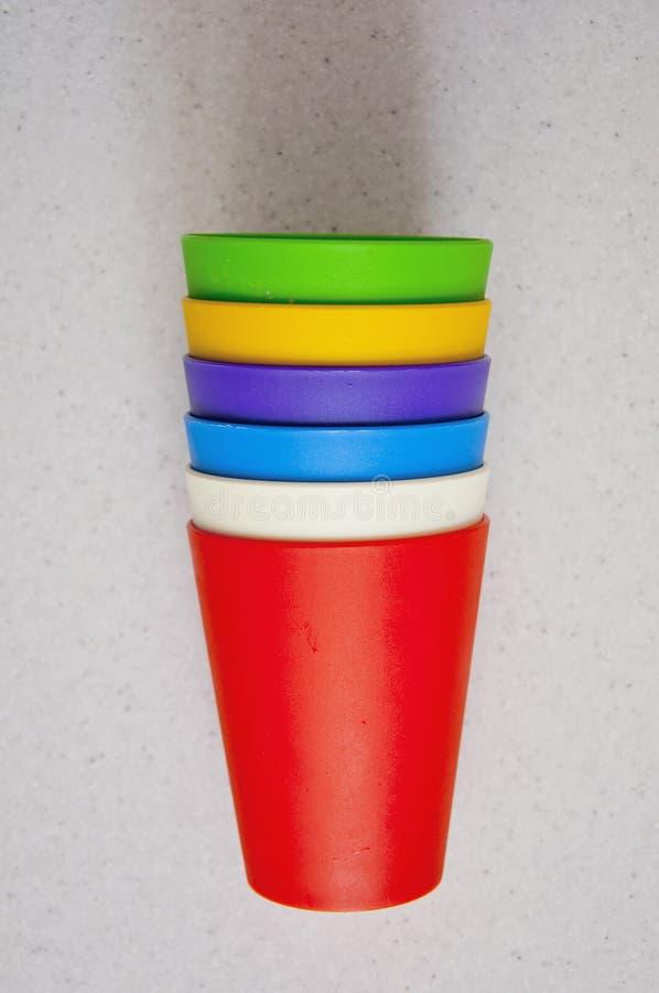 Σύνολο χρωματισμένων φλυτζανιών σε έναν πίνακα στοκ φωτογραφία με δικαίωμα ελεύθερης χρήσης