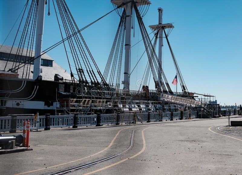 Σύνταγμα USS που βλέπει στην ξηρά αποβάθρα στη Βοστώνη, μΑ, ΗΠΑ στοκ εικόνα