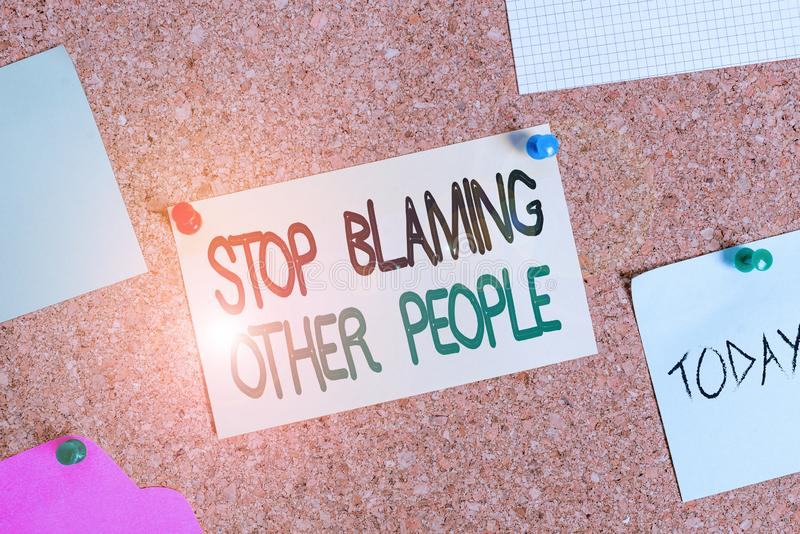 Σύνταξη σημείωσης που δείχνει να σταματά να κατηγορεί άλλους Η επαγγελματική φωτογραφία δείχνει Μην δικαιολογείτε την ενοχή σας στοκ φωτογραφία με δικαίωμα ελεύθερης χρήσης
