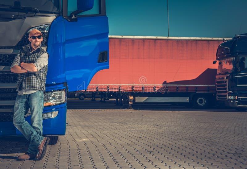 Σύντομο σπάσιμο στάσεων φορτηγών στοκ εικόνα με δικαίωμα ελεύθερης χρήσης