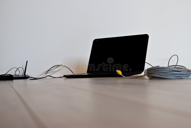 Σύνδεση και διαμόρφωση του Διαδικτύου σε ένα νέο διαμέρισμα στοκ εικόνες