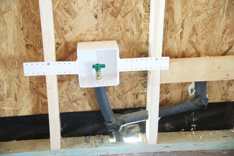 Σύνδεση νερού σε ένα προαστιακό σπίτι κάτω από την κατασκευή στοκ εικόνες με δικαίωμα ελεύθερης χρήσης