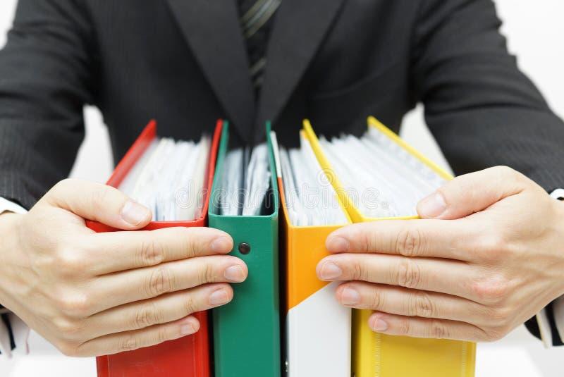 Σύνδεσμοι εκμετάλλευσης επιχειρηματιών στο γραφείο στοκ φωτογραφία με δικαίωμα ελεύθερης χρήσης