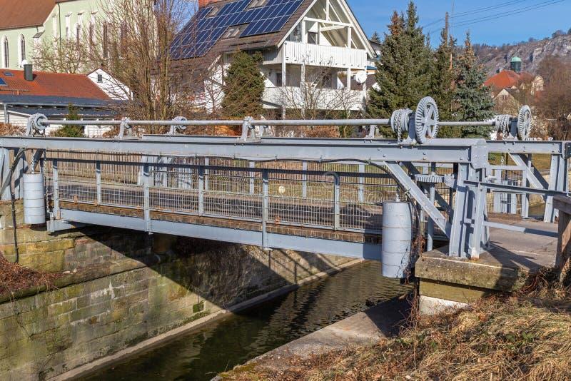 Σύρετε τη γέφυρα στο ιστορικό κύριο κανάλι του Ludwig Δούναβης σε Kelheim στοκ εικόνα