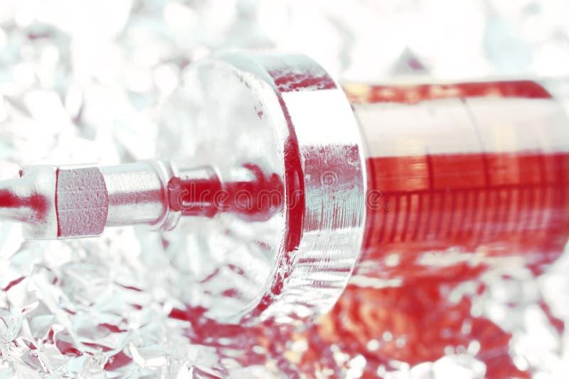 Σύριγγα με το φάρμακο στο φύλλο αλουμινίου, έννοια του εθισμού στοκ φωτογραφίες με δικαίωμα ελεύθερης χρήσης