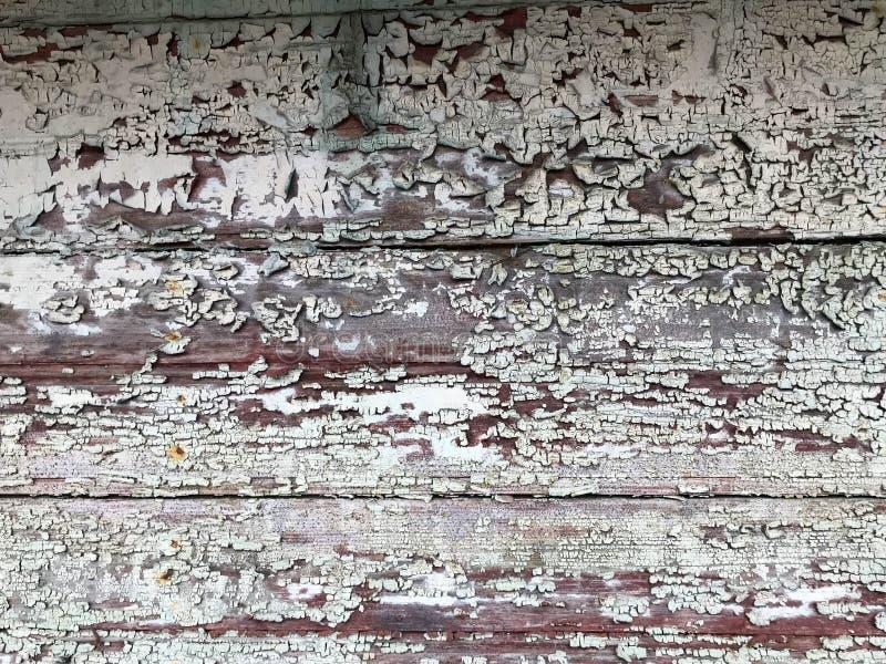 Σύσταση ενός μαύρου γκρίζου παλαιού ξύλινου τοίχου, ένας φράκτης με τα κομμάτια του παλαιού shabby αποφλοιωμένου χρώματος από το  στοκ φωτογραφίες με δικαίωμα ελεύθερης χρήσης