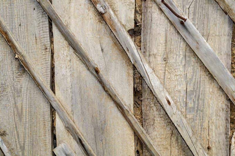 Σύσταση και υπόβαθρο της παλαιάς και γκρίζας ξύλινης κάλυψης με τα μεγάλα σκουριασμένα καρφιά E Φυλλάδιο τυπωμένων υλών, έμβλημα, στοκ φωτογραφία