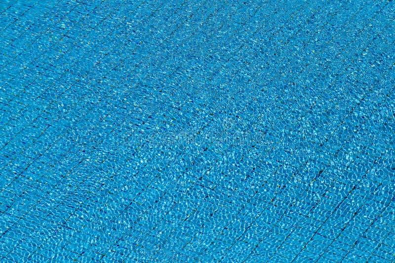 Σύσταση κυματισμών νερού στο μπλε κεραμωμένο υπόβαθρο πισινών Τοπ όψη στοκ φωτογραφίες