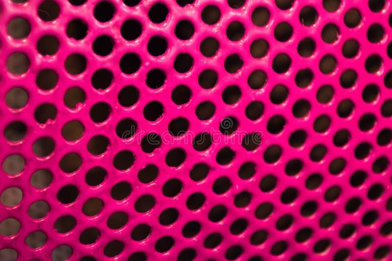 Σύσταση μεταλλική που χρωματίζει με το ρόδινο στιλπνό χρώμα με το μαύρο τρύπα-γοητευτικό triphofobia στοκ φωτογραφία με δικαίωμα ελεύθερης χρήσης
